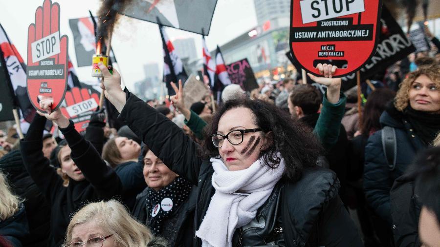 Polonesas protestam contra endurecimento das leis de aborto na Polônia - 2018.mar.23 - Wojtek RADWANSKI / AFP PHOTO