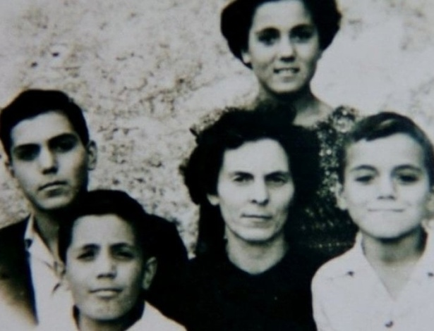 Foto da família Castiglia: a mãe Elena e os quatro filhos; Libero é o menino mais velho, à esquerda - Arquivo Pessoal/Família Castiglia