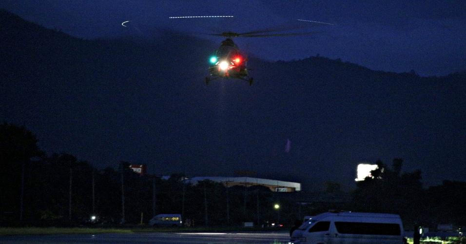 8.jul.2018 - Helicóptero militar transporta para atendimento em hospital dois dos primeiros resgatados nas cavernas na província de Chiang Rai, na Tailândia