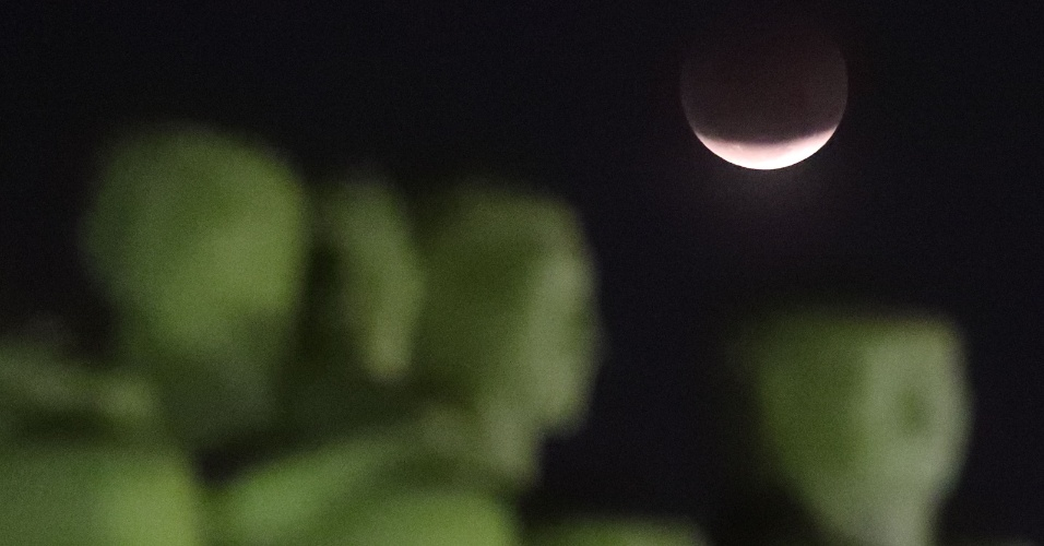 27.jul.18 - Lua cheia vista à partir do Monumento às Bandeiras, no Parque do Ibirapuera, zona sul de São Paulo, durante o mais longo eclipse lunar do século 21