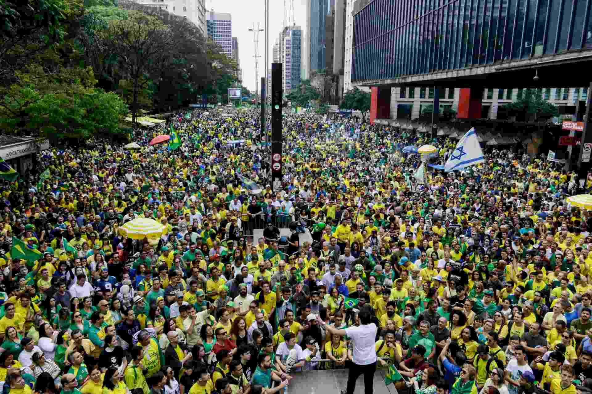 21.out.2018 - Apoiadores de Jair Bolsonaro (PSL) realizam ato na avenida Paulista, região central de São Paulo, no domingo (21) - Aloisio Mauricio/Fotoarena/Estadão Conteúdo