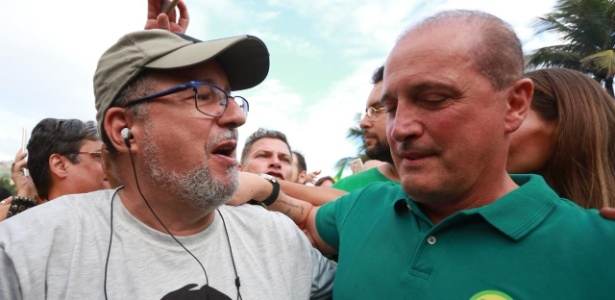 28.out.2018 - Onyx Lorenzoni saudado em frente ao condomínio onde mora Jair Bolsonaro