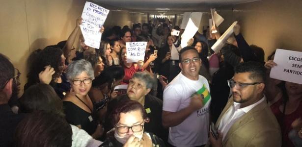 7.nov.2018 - Parte dos manifestantes pró e contra o projeto Escola sem Partido protestam do lado de fora do plenário da Câmara