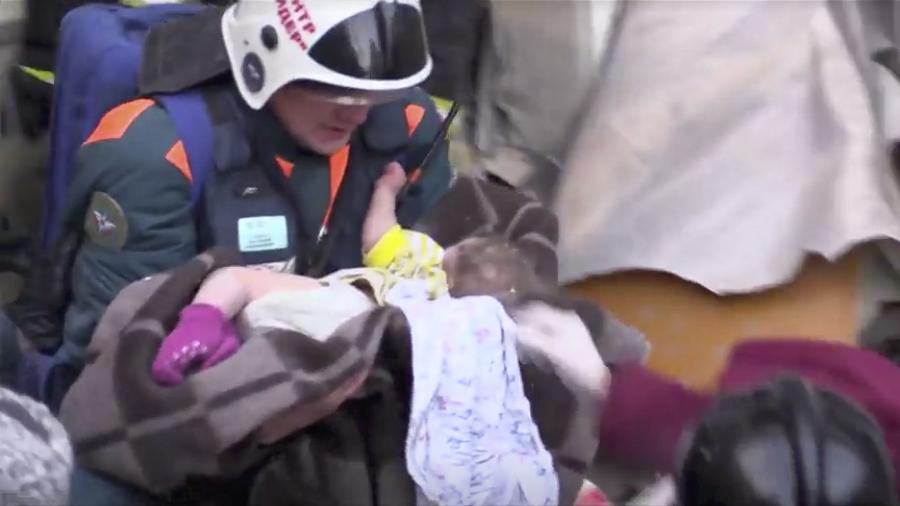 Equipes de resgate encontraram uma bebê viva sob os escombros de um prédio residencial que desabou parcialmente na cidade russa de Magnitogorsk - Disaster Relief/Reuters