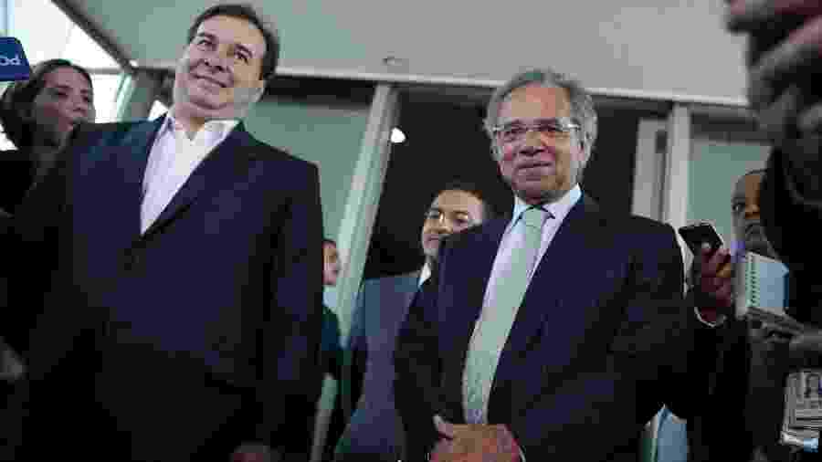 O presidente da Câmara, Rodrigo Maia (DEM-RJ), à esq., e o ministro da Economia, Paulo Guedes - Pedro Ladeira/Folhapress