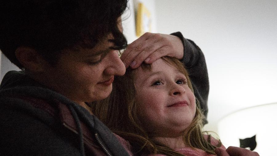 Danielle Teuscher e sua filha, Zoe Fordney, na casa delas em Portland, Oregon - Moriah Ratner/The New York Times
