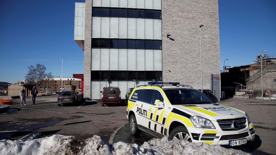 19.mar.2019 - Carro de polícia estacionado do lado de fora da Escola Brynseng depois que um estudante armado com uma faca feriu um professor e três outros funcionários, em Oslo, Noruega - Jon Eeg/NTB Scanpix/via Reuters