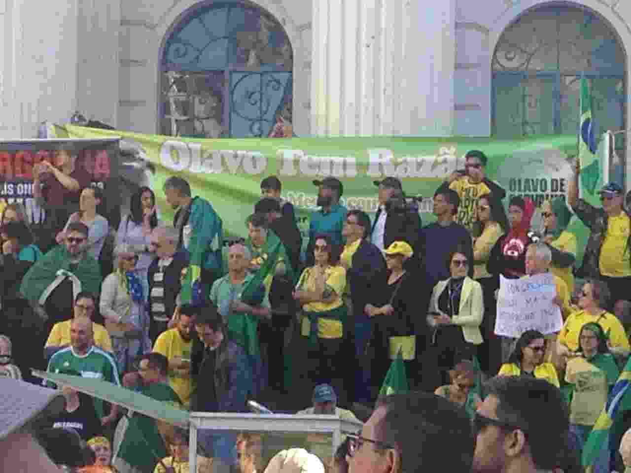 26.mai.2019 - Em Curitiba, manifestantes fazem ato em frente à Universidade Federal do Paraná - Vinicius Konchinski/UOL