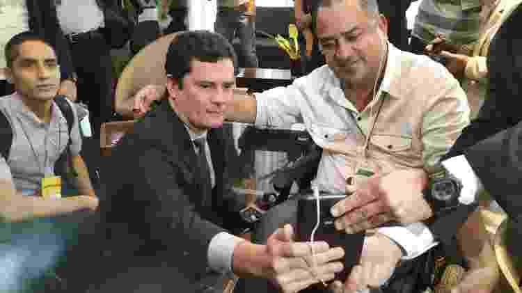 Sergio Moro atende a pedido de participante de evento em Manaus para fazer selfie  - Leandro Prazeres/UOL