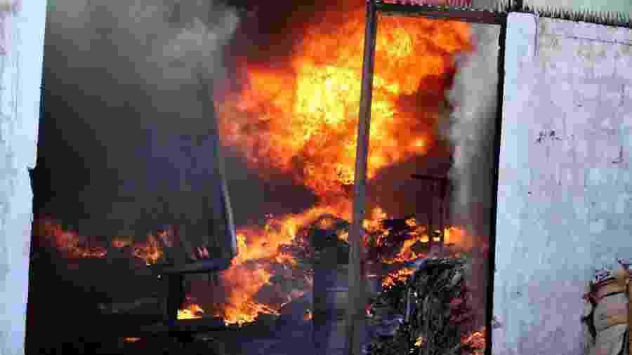 22.03.2007 - Incêndio destrói prédio da Gráfica 2000, localizada em Cabedelo, na Paraíba - Francisco Franca/Jornal da Paraiba/Folha Imagem