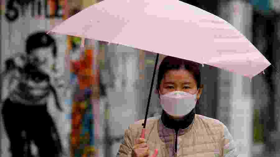 Mulher usa máscara de proteção em Daegu, na Coreia do Sul - KIM KYUNG-HOON