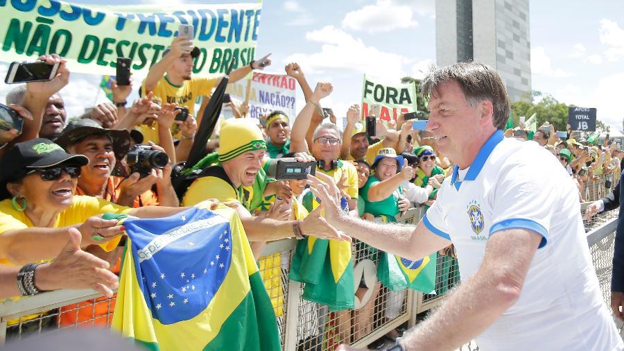 15.mar.2020 - Presidente Jair Bolsonaro (sem partido) fura isolamento para cumprimentar apoiadores - Dida Sampaio/Estadão Conteúdo