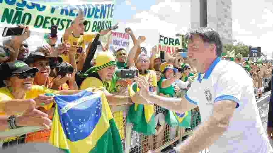 Mesmo em meio à pandemia, presidente Jair Bolsonaro (sem partido) fura isolamento para cumprimentar apoiadores - Dida Sampaio/Estadão Conteúdo