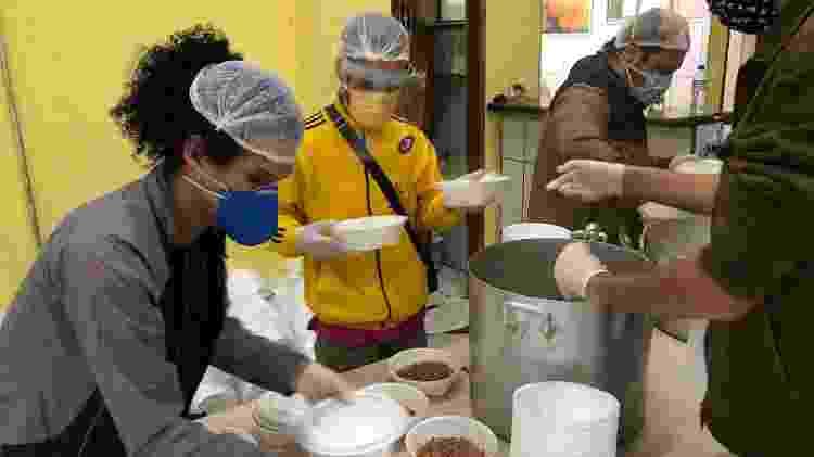 Voluntários na cozinha - Paulo Sampaio/UOL - Paulo Sampaio/UOL