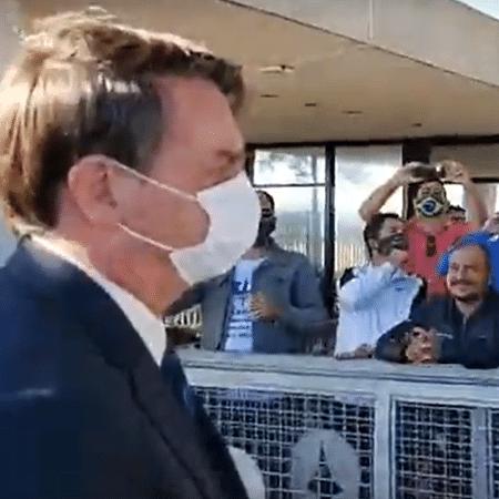 11.mai.2020 - O presidente Jair Bolsonaro usa máscara em conversa com apoiadores na portaria do Palácio da Alvorada - Reprodução/Facebook