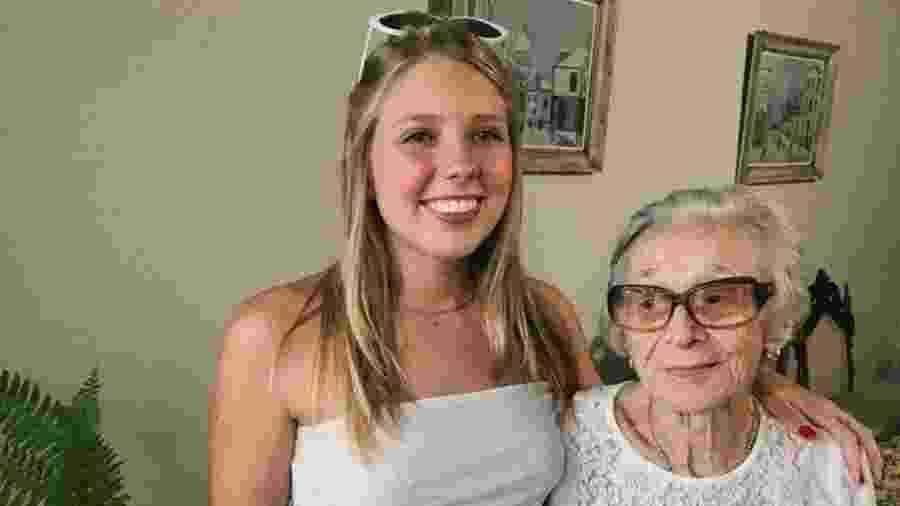 Giulia Staar Ghignone e sua avó, que levou um susto na virada do ano - Reprodução/ Twitter/ @staargiu