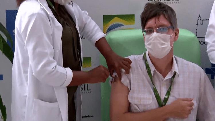 Notícias   Vamos comemorar quando 70% do Brasil estiver vacinado, diz 1ª a receber imunizante da Oxford