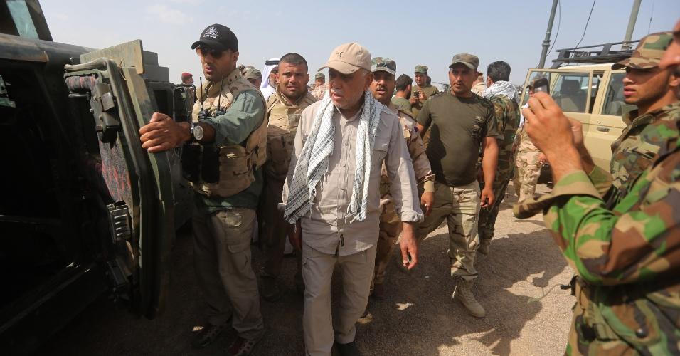 26.mai.2015 - O comandante da milícia xiita Hadi al-Ameri (ao centro) caminha entre forças de segurança e paramilitares iraquianas em uma operação em al-Nibaie, ao noroeste de Bagdá