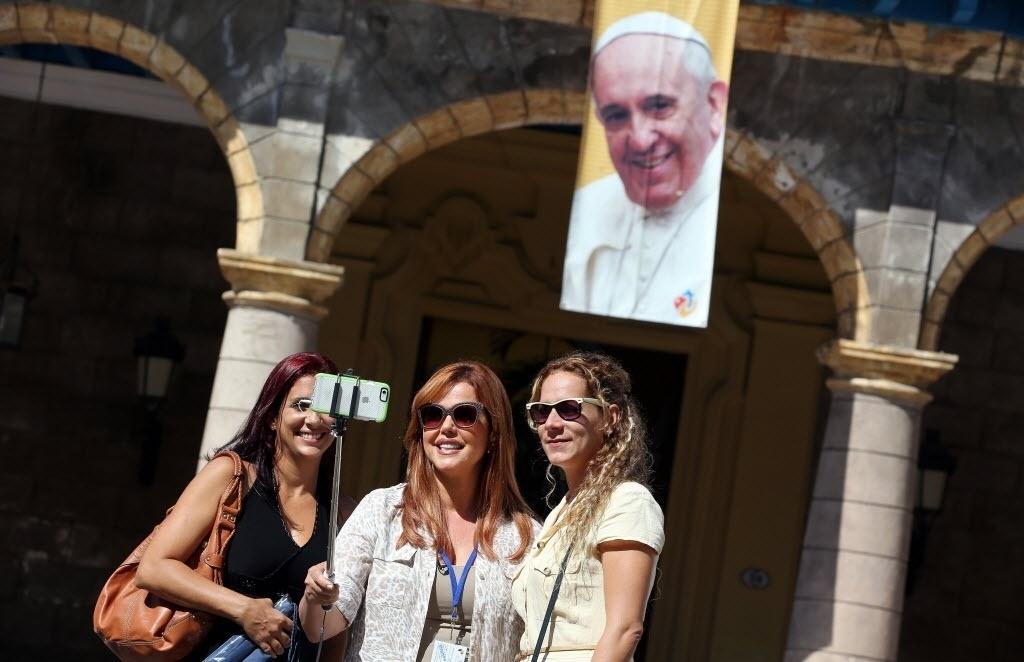 18.set.2015 - Três turistas tiram