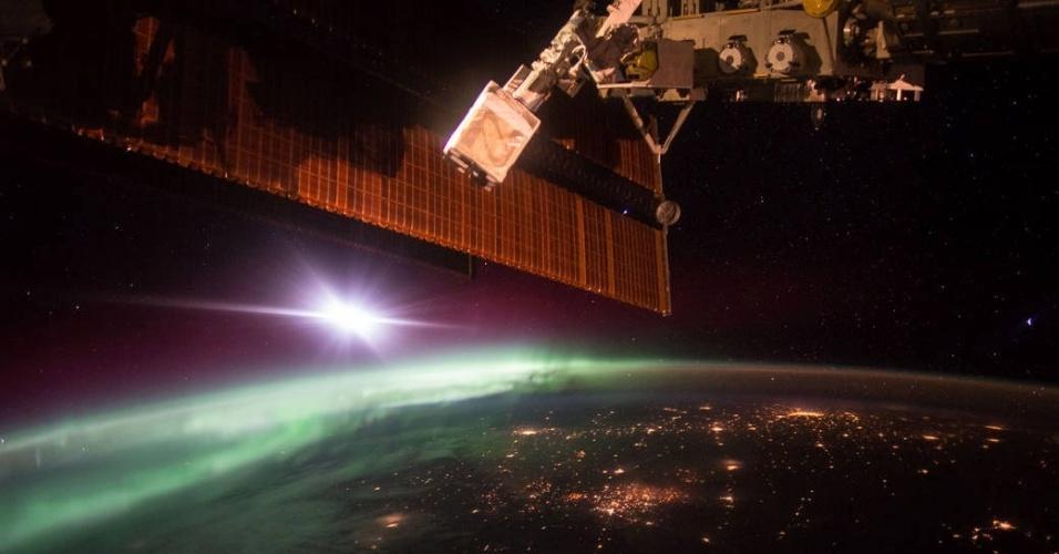 9.out.2015 - O astronauta da Nasa Scott Kelly registrou imagens do amanhecer da Estação Espacial Internacional. Em sua conta no Twitter, Kelly escreveu: