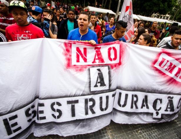 6.nov.2015 - Estudantes da rede estadual de São Paulo participam de protesto contra a reestruturação proposta pelo governo do estado e o fechamento de escolas em 2016. Os manifestantes saíram do Masp, na Av. Paulista, e seguiram até a  sede da Secretaria de Educação, na Praça da República, centro