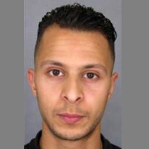 Suspeito foragido estava disposto a atear fogo a si mesmo, diz acusado por ataques em Paris - AFP