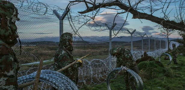 Soldados macedônios reforçam cerca ao longo da fronteira com a Grécia