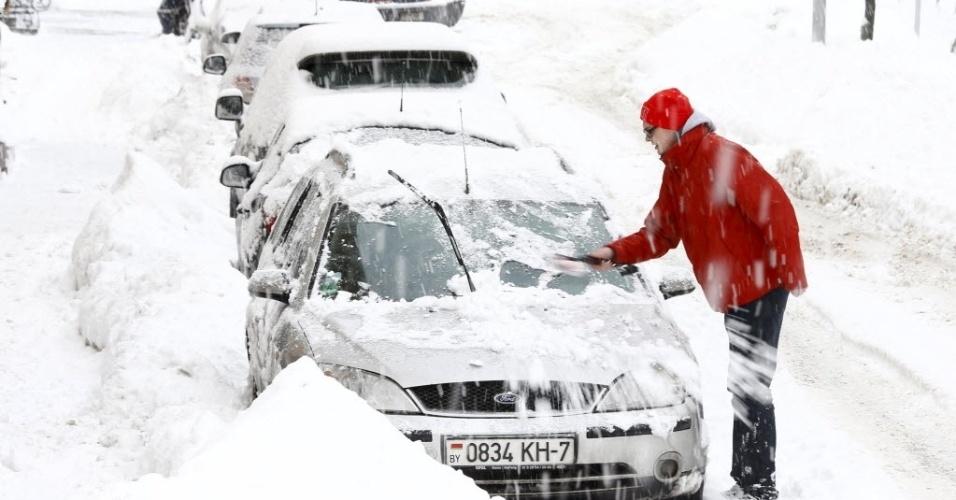 12.jan.2016 - Uma forte nevasca atinge a cidade de Minsk, em Belarus. A temperatura é de -1ºC, mas pode chegar a -7ºC