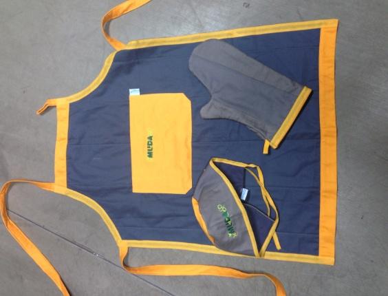 Kit para cozinha feito pela Retalhar, empresa que recicla uniformes e transforma em matéria-prima para produtos têxteis