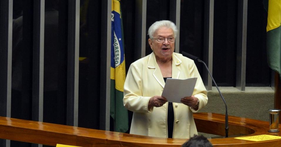 16.abr.2016 -  A deputada Luiza Erundina (PSOL-SP) criticou a ausência de Eduardo Cunha (PMDB-RJ) durante a sessão da Câmara dos Deputados que discute se o processo de impeachment da presidente Dilma Rousseff deve ser aceito. Entretanto, mesmo contrária ao impeachment, ex-petista diz que Dilma Rousseff desrespeita promessas políticas e adota políticas econômicas de oposição