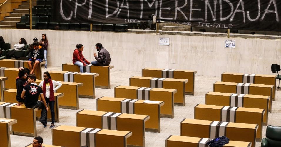 4.mai.2016 - Estudantes secundaristas permanecem acampados no plenário da Alesp (Assembleia Legislativa de São Paulo) como protesto pela criação da CPI da Merenda e contra o fechamento de salas de aula da rede estadual. O presidente da Alesp, Fernando Capez, decretou ponto facultativo nesta quarta