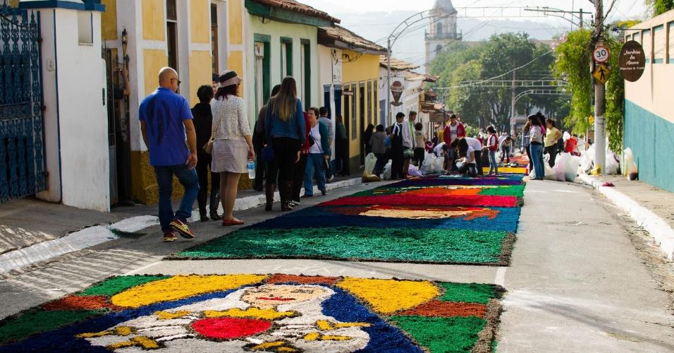 26.mai.2016 - Grupos de fiéis montaram os tradicionais tapetes de sal de Corpus Christi, na manhã desta quinta-feira (26), em Santana de Parnaíba (SP)