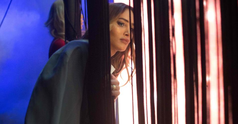 27.mai.2016 - Nos bastidores, candidata observa concurso de beleza Miss Trans Israel