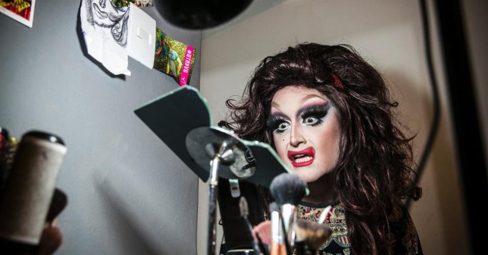 28.mai.2016 - Luis de Lyon se maquiando para se transformar na drag gueen Mina da Lyon. Ela está entre as finalistas da segunda temporada do reality show