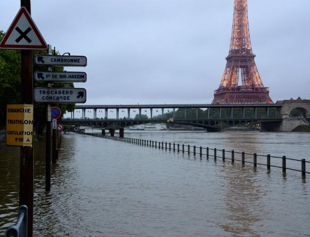 2.jun.2016 - Rio Sena transborda e alaga suas margens em Paris, perro da torre Eiffel