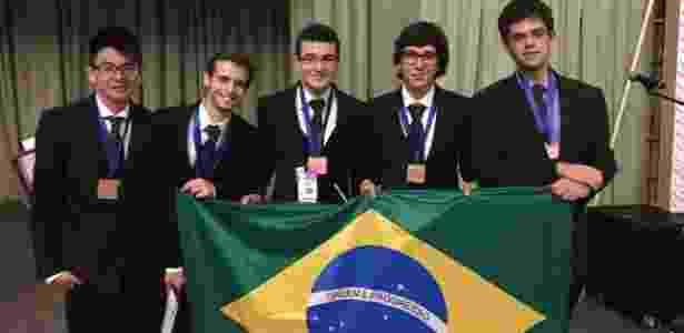 A equipe brasileira: Vitor Daisuke Tamae, Victor Hugo Miranda Pinto, Matheus Camacho, Pedro Lopes e Lucas Vilanova - Divulgação IYPT