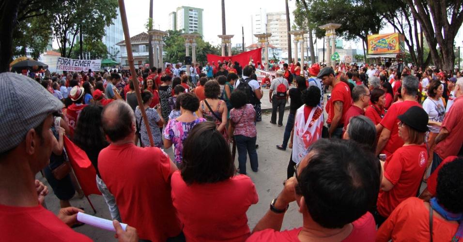 31.jul.2016 - O centro do Recife (PE) foi palco de protesto contra o presidente interino, Michel Temer (PMDB), e a favor da presidente afastada, Dilma Rousseff (PT). O ato foi realizado na Praça do Derby