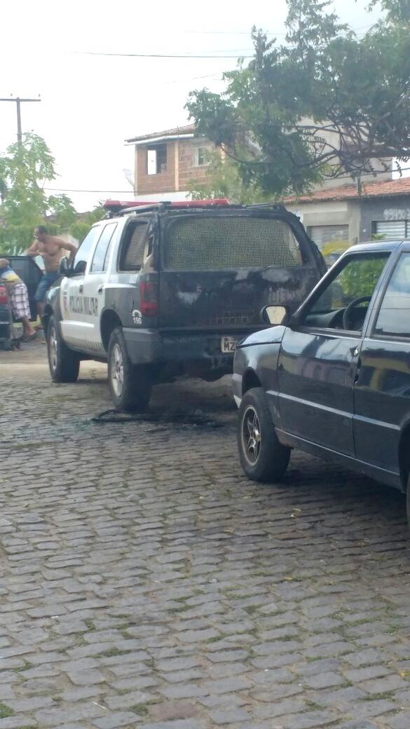 31.jul.2016 - Um carro da Polícia Militar em Goianinha, região sul do Rio Grande do Norte, foi atacado por criminosos no domingo (31). O veículo pegou fogo após ser atingindo por combustível, mas a própria polícia conseguiu controlá-lo usando extintores