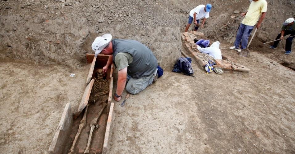 9.ago.2016 - Arqueólogos trabalham no sítio de Viminacium, na Sérvia. Os cientistas estão tentando decifrar feitiços mágicos gravados em pequenos rolos de ouro e prata, que eles encontraram ao lado de esqueletos de seres humanos enterrados há quase 2.000 anos. Segundo os especialistas a inscrições estão em aramaico