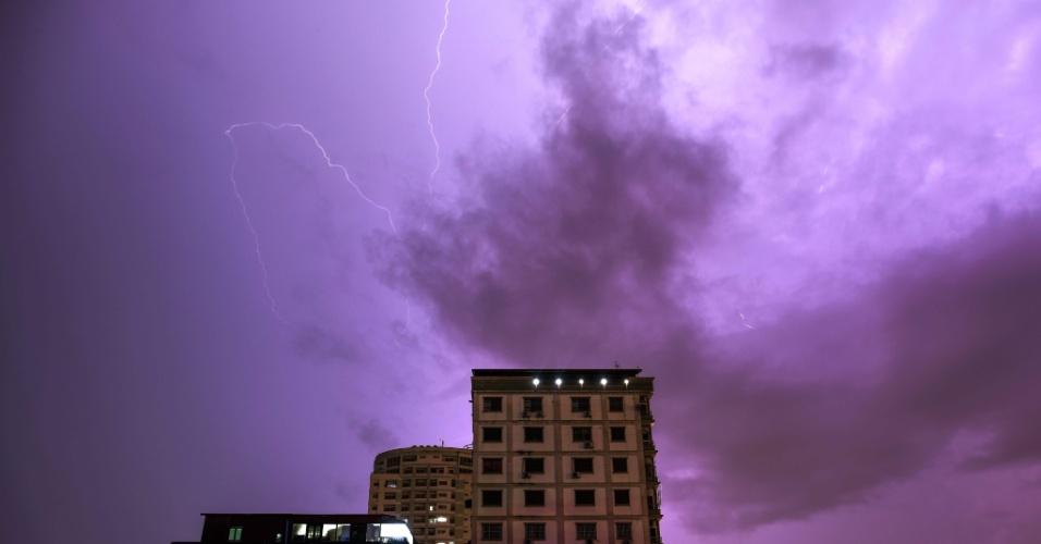 9.ago.2016 - Na cidade de Yangon, Mianmar, relâmpagos anunciam tempestade, comuns nesta época do ano em todo leste asiático