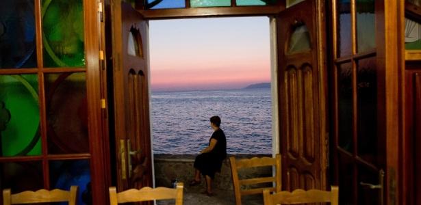 Zeladora da principal igreja de Skala Sikiminias olha para o mar Egeu na parte norte da ilha de Lesbos, na Grécia