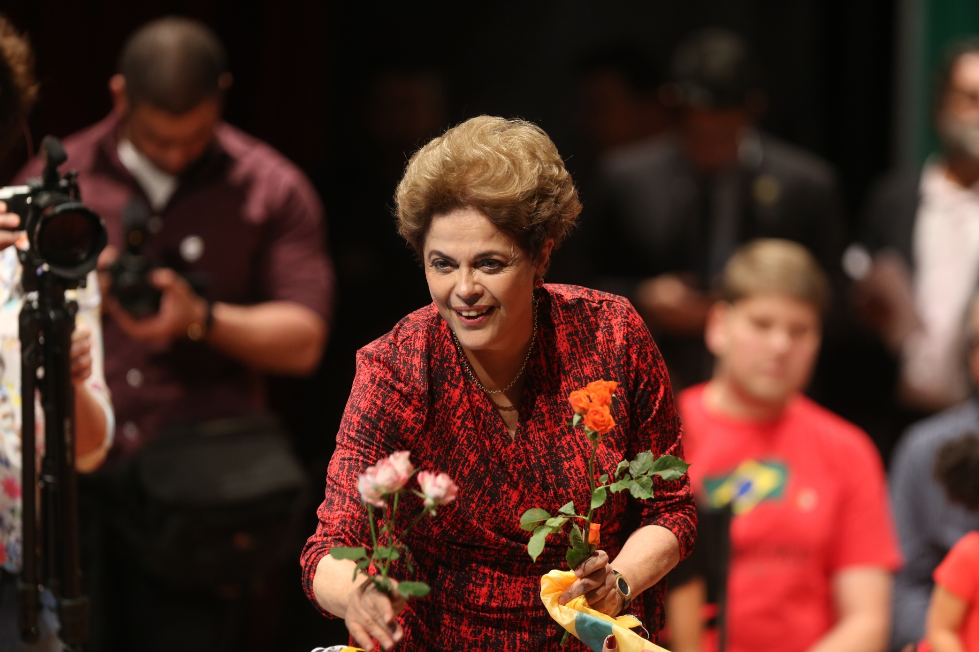 24.ago.2016 - A presidente Dilma Rousseff recebe flores de militantes no Teatro dos Bancários, em Brasília, onde foi realizado o seu provável último ato públicoantes do julgamento de seu impeachment