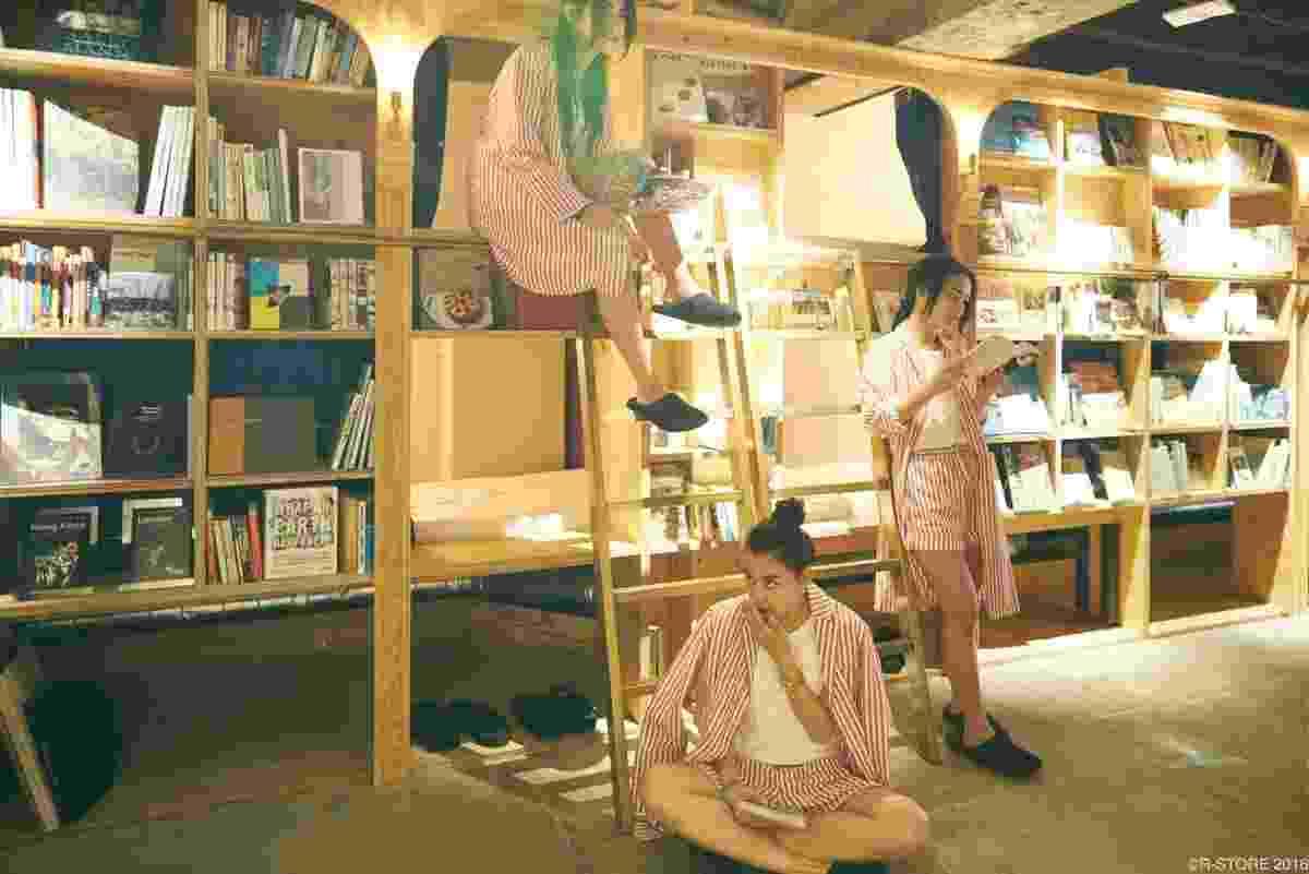 05.set.2016 - Cair no sono enquanto lê foi o que inspirou uma imobiliária japonesa a criar um hotel diferente. Ali, os hóspedes podem dormir em meio a estantes repletas de livros. Também podem escolher um dos mais de 1.700 títulos para ler - Divulgação