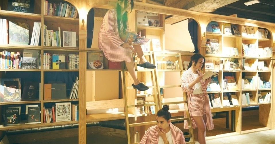 05.set.2016 - Cair no sono enquanto lê foi o que inspirou uma imobiliária japonesa a criar um hotel diferente. Ali, os hóspedes podem dormir em meio a estantes repletas de livros. Também podem escolher um dos mais de 1.700 títulos para ler