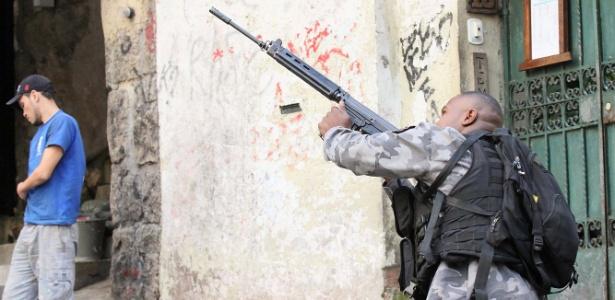 Policial patrulha ruas de Copacabana na manhã desta terça-feira (11)