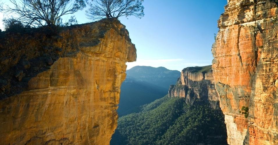 O Hanging Rock, na Austrália. Localizado no Parque Nacional Blue Mountains, a formação rochosa era usada pelos aborígenes como local de rituais de passagem masculinos
