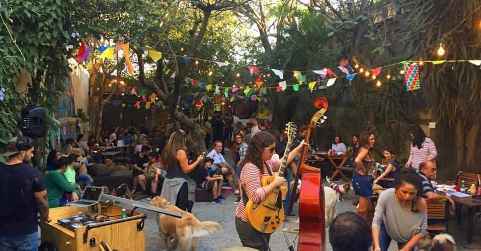 O DogLab, de São Paulo, realiza eventos para donos e cães. O espaço faz fez Festa Junina, Carnaval e, todos os meses, promovo o happy hour sem coleira. Nesta ano, vão realizar o Réveillon
