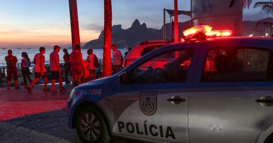 27.dez.2016 - Com a chegada do verão e de temperaturas mais altas, que deixam as praias do Rio de Janeiro lotadas, a Polícia Militar reforçou o patrulhamento na orla de Ipanema, na zona sul da cidade