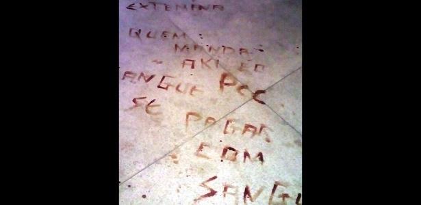 Inscrições no chão da prisão após chacina mostram siglas de facções criminosas