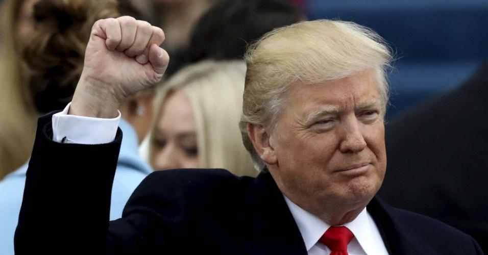 20.jan.2017 - O presidente eleito dos EUA, Donald Trump, acena para público depois de fazer juramento durante cerimônia de posse no Capitólio, em Washington DC, nesta sexta-feira (20)